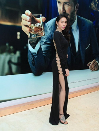 Giật mình với váy đen cắt xẻ tứ phía của sao Việt
