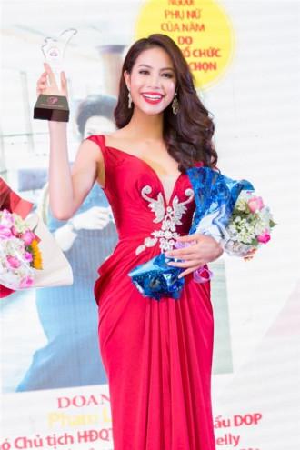 Phạm Hương đẹp như nữ thần với váy đỏ rực