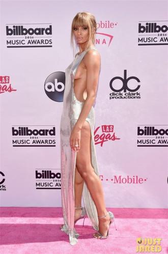 Choáng với những chiếc váy không biết mặc nội y thế nào