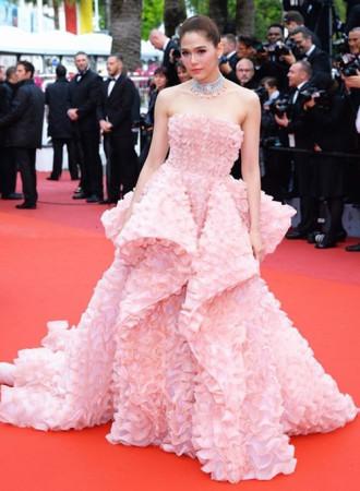 """Những chiếc váy khiến mĩ nhân """"muối mặt"""" trên thảm đỏ Cannes"""