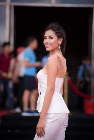Á hậu Nguyễn Thị Loan bất ngờ khoe hình xăm sau lưng