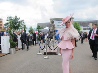 Bebe Phạm đẹp ngọt ngào ở giải đua ngựa Hoàng gia Anh