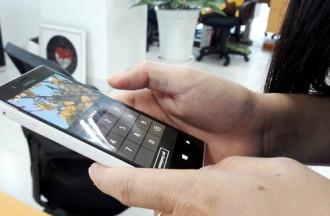 Rước bệnh xương khớp do thói quen lướt smartphone